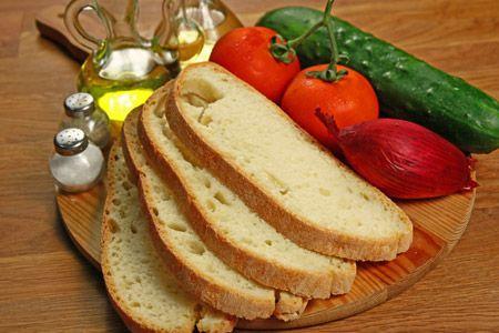 Panzanella è il nome toscano di una pietanza estiva rustica. Gli ingredienti principali della panzanella, che si può definire piatto unico, sono il pane raffermo (per rimanere fedeli alla ricetta originale sarebbe meglio usare la pagnotta toscana), i pomodori, i cetrioli, la cipolla rossa, il basilico, sale, pepe, aceto e olio.