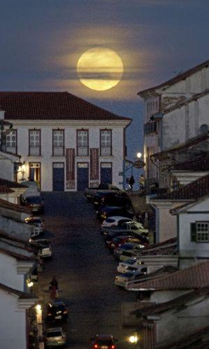 Fenômeno da Superlua sobre a linda Ouro Preto em Minas Gerais, Brasil, em 10/08/14. O fenômeno ocorre quando a Lua cheia coincide com o momento em que ela está mais próxima da Terra. Esta é a maior Superlua do ano.