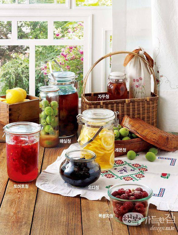 과실을 꿀이나 설탕에 재면 삼투압 작용으로 즙이 흘러나온다. 이를 청이라 하는데, 재료의 효소와 미생물이 당분과 반응하며 발효해 인체에 유용한 영양 성분이 만들어진다. 과일청은 물에 희석하면 건강 음료로 제격이며, 요리에 넣으면 맛깔스러운 양념이 되고, 청을 거르고 남은 과육은 장아찌의 재료가 된다. 두고두고 요긴한 과일청, 제대로 담가 맛있게 먹자.