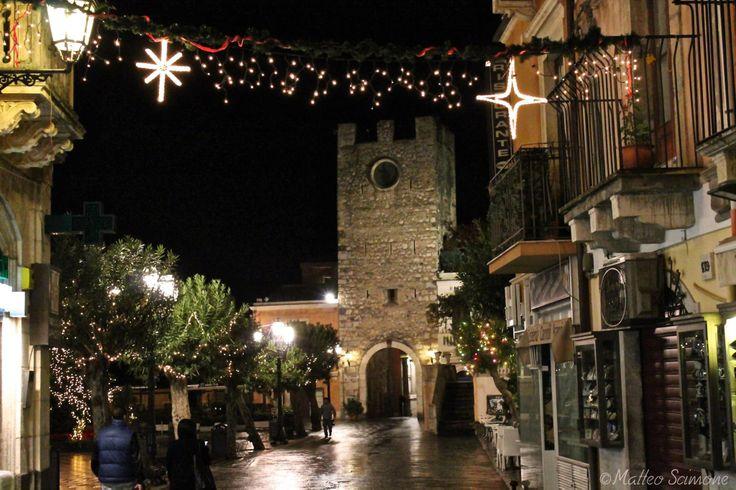 Atmosfera natalia sul Corso Umberto nei pressi di Piazza IX Aprile e Torre dell'orologio