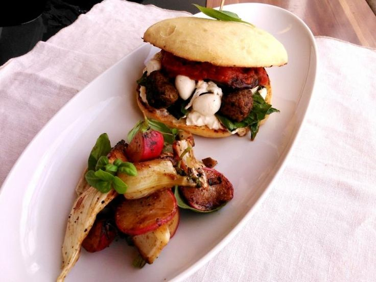 Napi grillrecept: Ciabatta burger húsgolyókkal és mozzarellával - Spa & Trend Online Wellness Magazin
