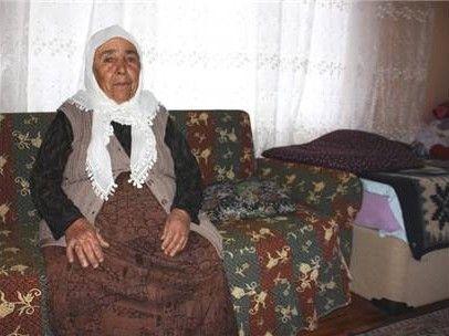 Yardım yapma bahanesiyle yaşlı kadını dolandırdılar