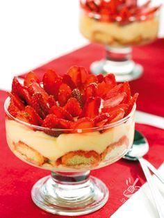 Strawberry tiramisu and limoncello - Cercate un dessert elegante, raffinato e scenografico? Provate la ricetta del Tiramisù alle fragole e limoncello: non rimarrete delusi! #tiramisufragole