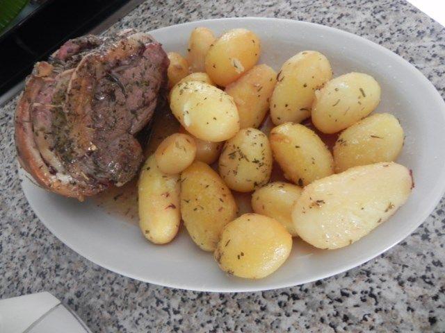 arrosto di vitello al forno legato con pancetta e patate novelle