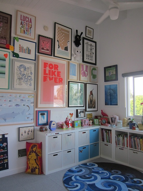 Een wand vol lijsten met posters voor #kinderkamer. walls full of posters for #kids #room