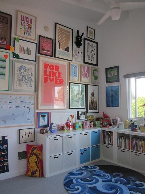 Een wand vol lijsten met posters voor #kinderkamer. walls full of posters for #kids #room