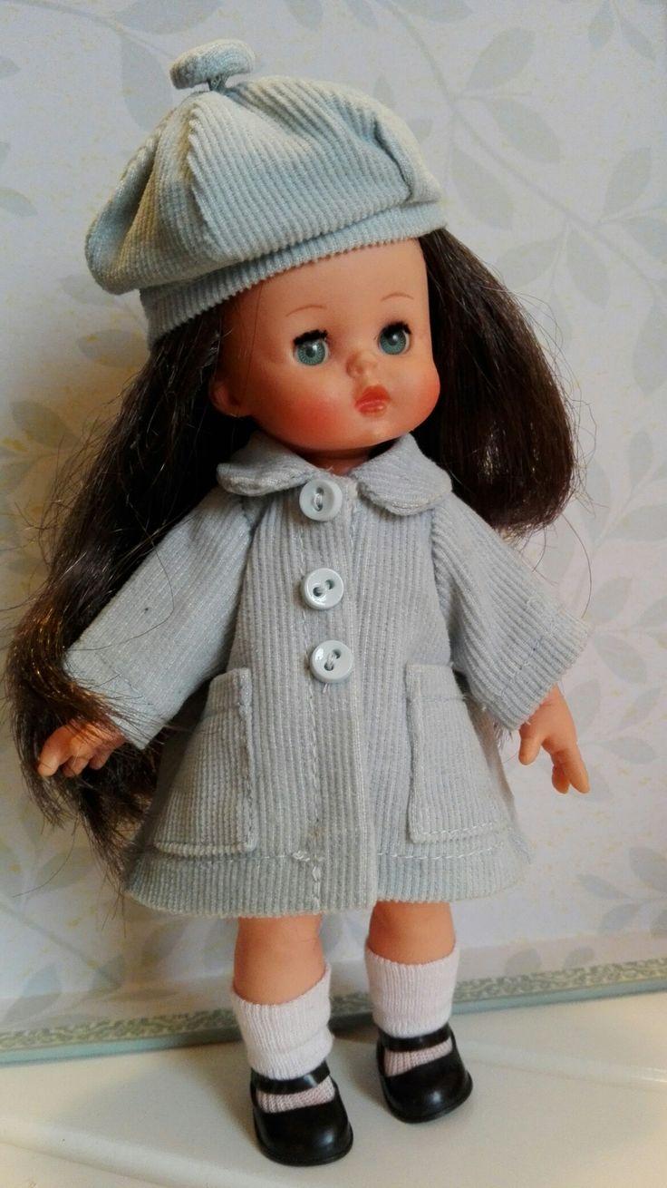 Lucia con cappottino e berrettino in velluto azzurro