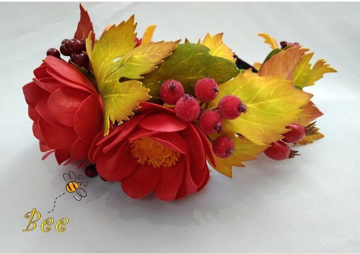 Обруч с осенними листьями, ягодами калины и шиповника и красными цветами (2 крупных цветка и бутон). Листья и цветы тонированы акриловыми красками. Обруч -...