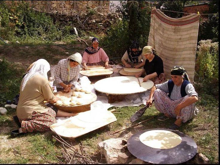 Köy kadınları yufka açıyor