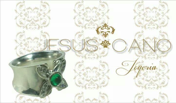 Anillo de plata con esmeralda y circones