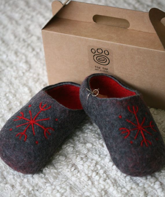 Men felt slippers with red snowflake decors handmade by DGstyle