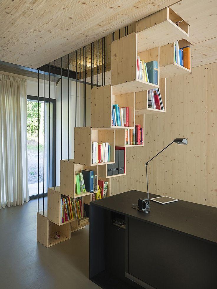 escada de madeira com compartimentos para livros
