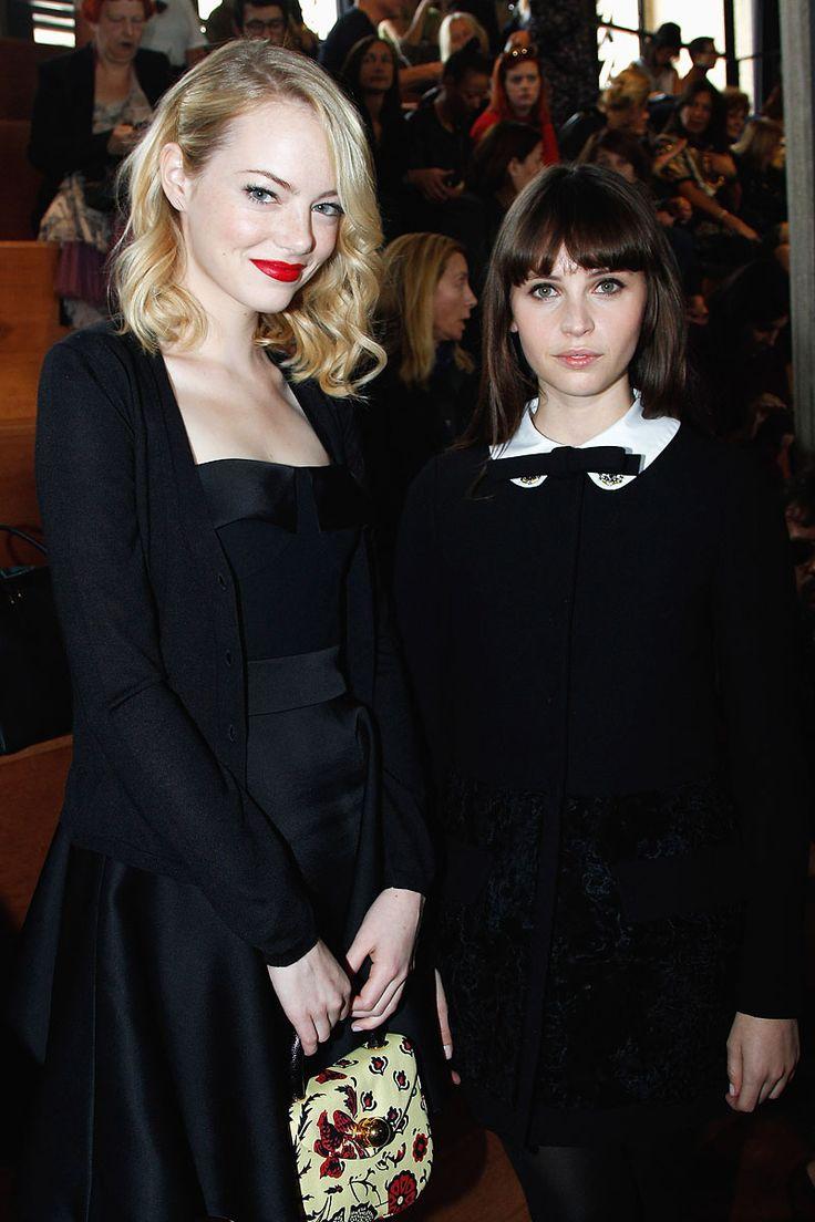 Emma Stone y Felicity Jones en el desfile SS13 de Miu Miu el 3 de octubre de 2012 durante Paris Fashion Week.