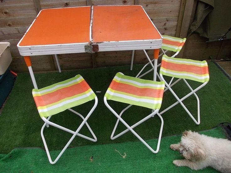 Tavolo e sgabelli pieghevoli da campeggio. I miei nonni ne avevano un set molto simile! ^^