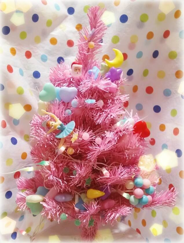 ピンククリスマスツリー ヒカリエ 上にはバレリーナのケーキトッパーと、Pink kitsch mini Christmas tree