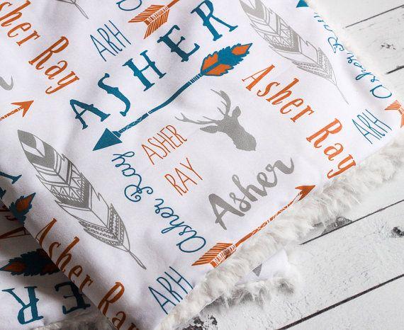 Gepersonaliseerde baby boys knuffel deken in bosrijke herten en pijl ontwerp. Kies uw eigen kleuren! In de Melkweg, verbrande oranje en donker grijs weergegeven.  Onze wandelwagen dekens zijn warme en schattig zacht! Gebruik ze in de wandelwagen, autostoel, op NAP-moment of als een spel-mat. Gebruik uw gepersonaliseerde deken in uw pasgeboren fotoshoot om een uniek geboortekaartje!  D E T A I L S ・ Afmetingen zijn 28 x 34. ・ Top design is bedrukt met aarde veilig Watergebaseerde inkt op…