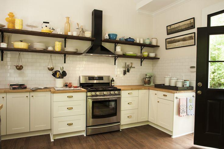Louças e outros utensílios de cozinha também podem ser ótimos aliados decorativos. Expostos em prateleiras, eles decoram com classe e muito estilo!  http://carrodemo.la/45425