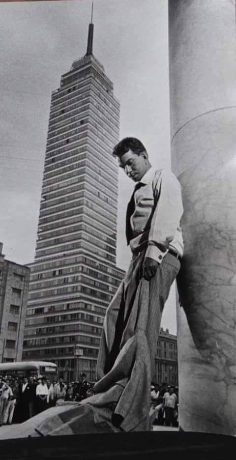 Cantinflas junto a otro icono de México la Torre Latinoamericana.-1950s