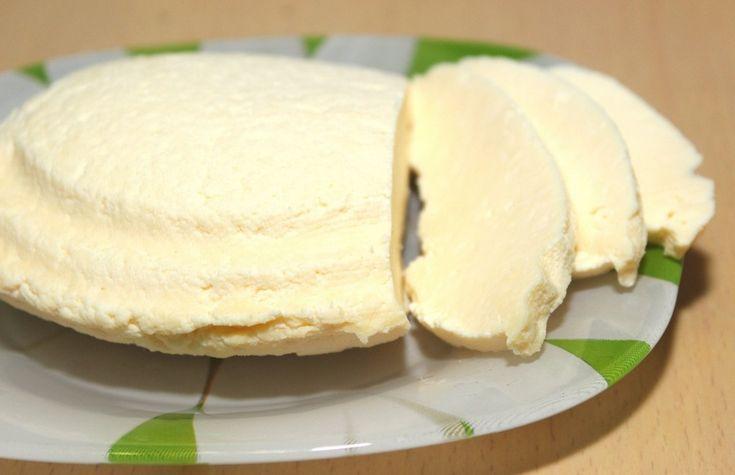 М'який, пористий, ароматний, ледь солонуватий сир. Та головне – натуральний. Смакує як на канапці з зеленню чи помідором, так і в овочевому салаті, і навіть просто з келишком сухого червоного вина. Неодмінно спробуйте приготувати домашню «бринзу» за цим простим рецептом – в магазині такої не купите!