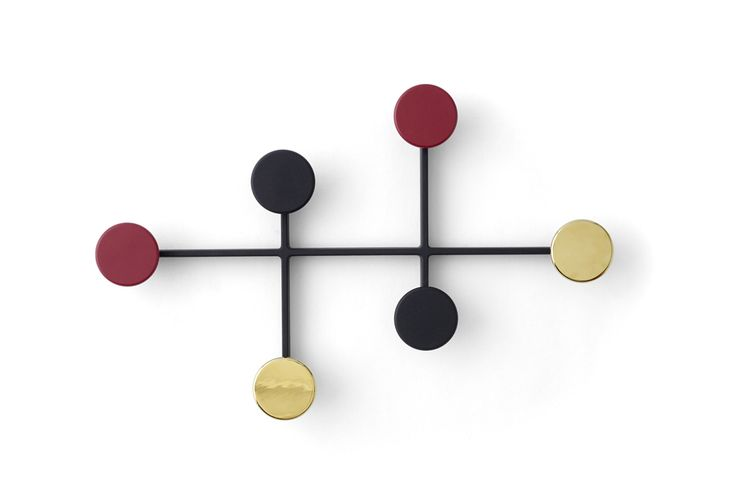 Un petit air 50' pour ce porte-manteau en métal composé de 3 tiges entrecroisées aux extrémités arrondies servant de patères. Ses formes élémentaires ludiques et expressives forment une construction architecturée extrêmement graphique.Avec ses couleurs noir, laiton et rouge bordeaux, il est d'une grande élégance !