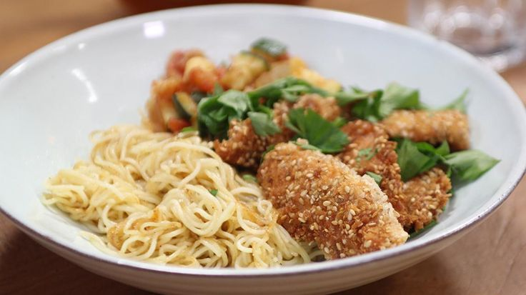 Op grootmoeders wijze met Nicholas: kipnuggets met pasta, tomatensaus en courgette | VTM Koken