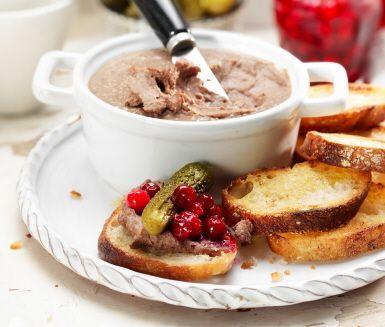 Kycklingleverpastejen gör sig bra på minglet eller buffébordet. Låt den stå minst tolv timmar i kylen innan du serverar den ihop med mjukt eller rostat bröd, och gärna lingon och cornichoner.