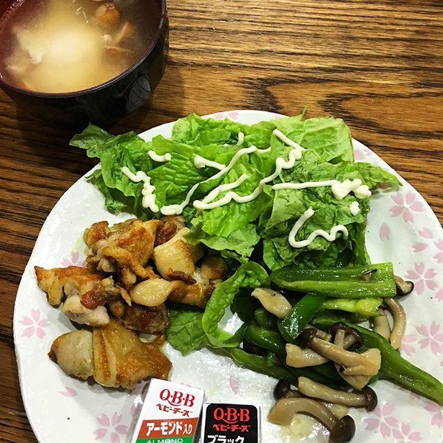 今日の #夜ごはん  チキンのカレー粉焼き、ピーマンとしめじのバターいため、サンチュ(マヨ)、ソーセージとたまごのスープ、チーズ  今日はフォークとナイフ使って、#クロレッツ にしてカミカミしました! お腹いっぱい さぁ!また #読書 しよー✨ #糖質OFF #糖質制限 #糖質セイゲニスト #MEC食 #KK30 #肉 #たまご #チーズ #健康 #healthy #ダイエット #diet #ディナー #dinner