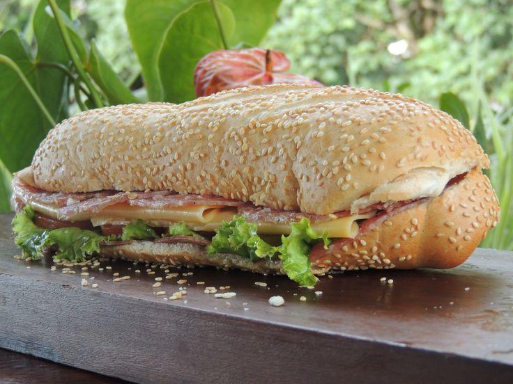 Sanduiche Baguete de Salaminho, queijo prato, maionese light, alface e tomate.