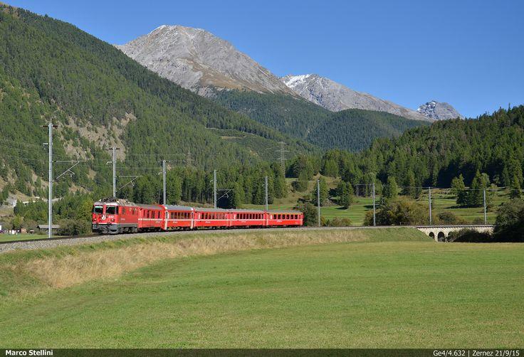 Marco Stellini - RhB Ge4/4.632   Un Interegio St. Moritz - Landquart ha appena terminato la discesa dal tornante che precede la stazione di Zernez, in alta Engadina. (21/9/15)