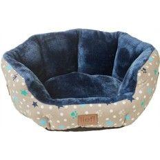 Stoere honden-/kattenmand met een lekkere zachte binnenkant van blauwe pluche. De buitenkant van de slaapmand heeft een vrolijke print met de afdruk van pootjes en sterretjes. Hier zal je huisdier heerlijk in kunnen slapen!