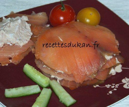 – 8 tranches de saumon fumé – 1 boîte de thon – 2 Carré Frais 0% – 2cs de FB 0% – 1 tige de ciboulette – Jus de citron Découpez des cercles dans les tranches de saumon fumé à l'emporte-pièce et gardez les chutes de côté. Mélangez la boîte de thon avec les Carré …