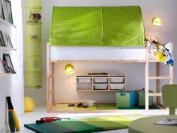 小さなお子さまの眠りと遊びを考えたお部屋です。パイン無垢材のKLURA/キューラ リバーシブルベッド とグリーンのKLURA/キューラ ベッドテント で広々としたスペースをつくりました。