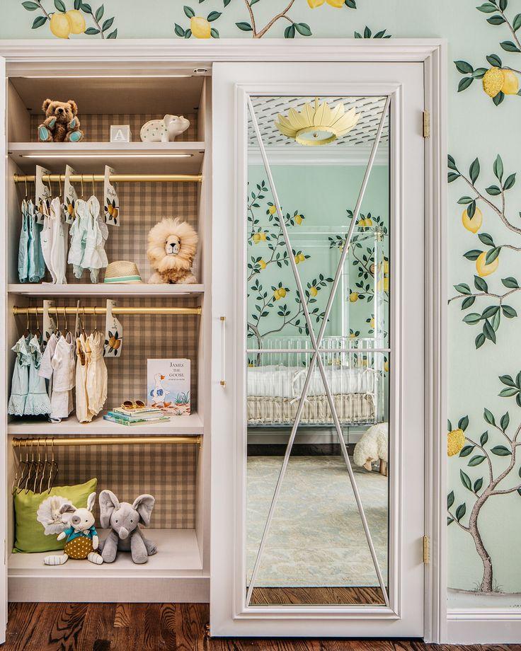 schönes Kinderzimmer von Dina Bandman Interieur mit Zitronen und gelb und grün