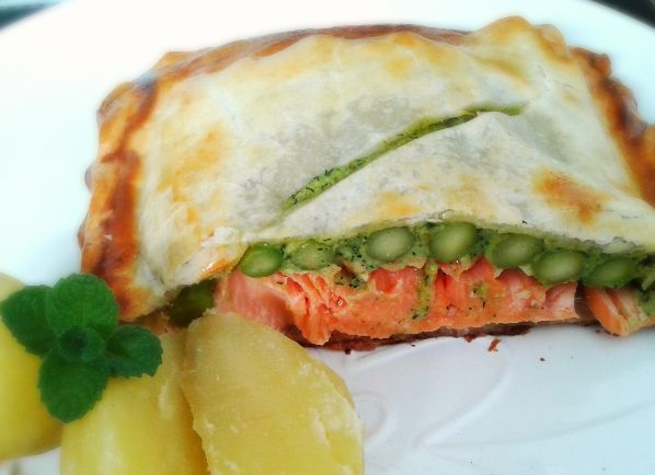 Salmon en Croute – a fantastic salmon fillet with asparagus and wrapped in puff pastry | The Little Bakery in Santiago: British Treats to Your Door | www.BayEssence.com