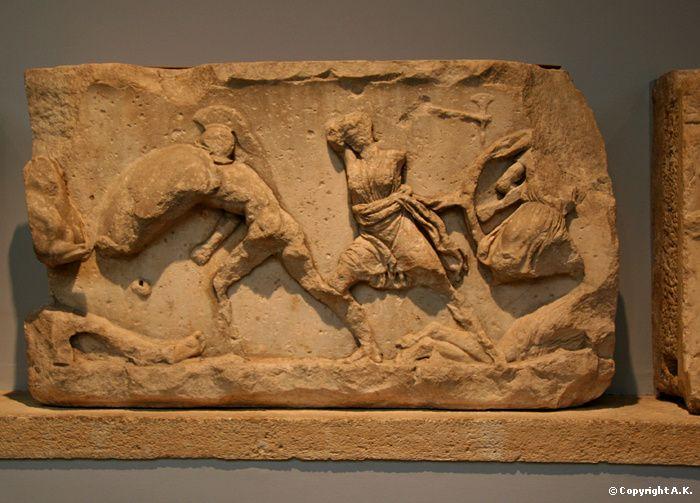 Frise du Mausolée d'Halicarnasse, Second Classicisme L'époque hellénique est aussi l'époque des marbres de Xanthos, des bas-reliefs du mausolée d'Halicarnasse, de la victoire de Samothrace et de la Vénus de Milo.