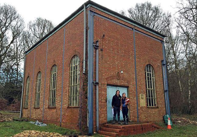 Casal transforma antiga estação de bombeamento de água em casa aconchegante