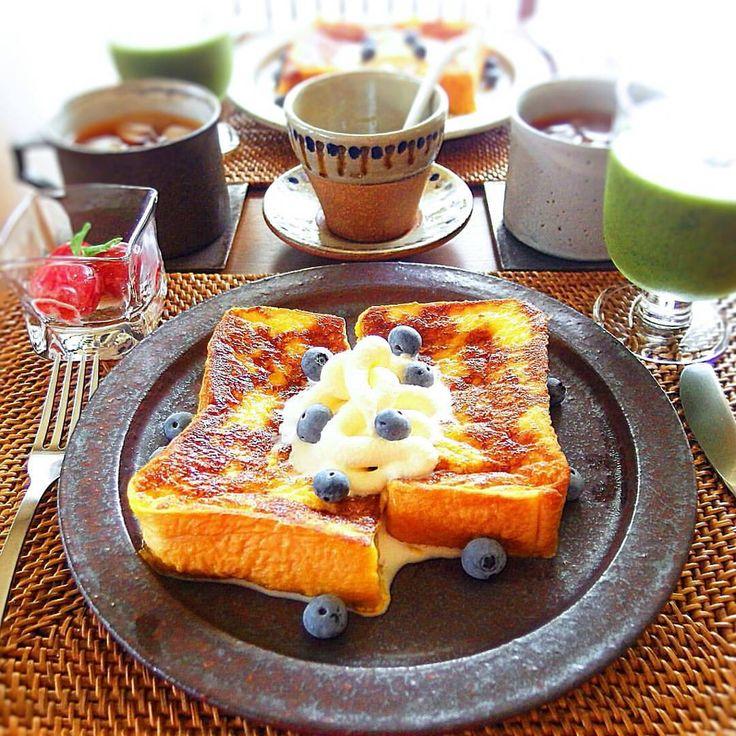 2016.8.14(日) 夏休み初日の昨日の朝ごはんは フレンチトーストでした☺. わこちゃんに教えてもらった ミニトマトのバジルソースも一緒に♪ . 最近お気に入りの紫蘇スムージーは 今までで一番好みの味に出来ました. #紫蘇スムージー覚え書き(2人分) ・小松菜3株(葉の部分のみ) ・バナナ2本 ・紫蘇8枚 ・水 200~300cc . . 今日も暑いですね☺. 皆さんお体に気を付けてステキな1日を. . . #清岡幸道#マグ#叶谷真一郎#沖澤康平#やちむん#器#うつわ#おうちごはん#朝ごはん#朝食#休日ごはん#フレンチトースト#スムージー#ブルーベリーは実家の庭から#アイスクリーム#homemede#cooking#food#foodpic#instapic#instafood#japanesefood#breakfast#pottery#french_toast