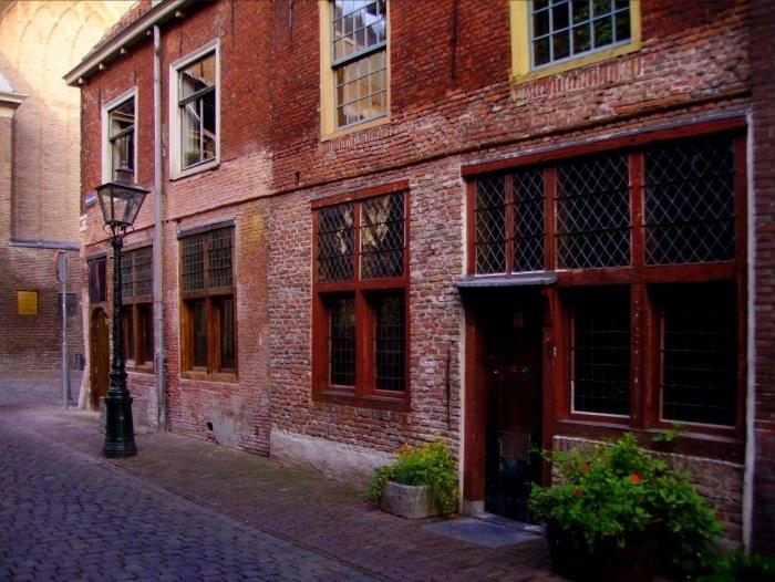 The Leiden American Pilgrim Museum in the Beschuitsteeg, in front of the Hooglandsekerk.