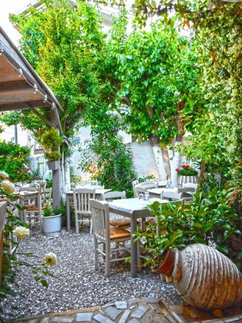 Αυλή του Κούβελου: Σε έναν πανέμορφο κήπο στο Κουκάκι σου σερβίρουν την παράδοση πασπαλισμένη με μπόλικη φαντασία! - Athens Top 10 - Athens Magazine