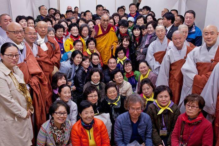 일본서 열린 달라이 라마 법회에 참가한 한국인들이 달라이 라마와 함께 기념 촬영한 모습.