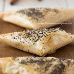 Triangolini di pasta fillo con Parmigiano Reggiano, pesche e rosmarino