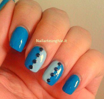 """Tutorial Nail Art: come si applicano gli strass sulle unghie? Oggi voglio condividere con voi una nail art molto semplice, realizzata con l'applicazione di strass neri sull'unghia con una base bicolore azzurra e blu. Mi sono divertita a denominarla """" Glam Buttons"""" perchè il risultato finale mi ricorda un po' …"""