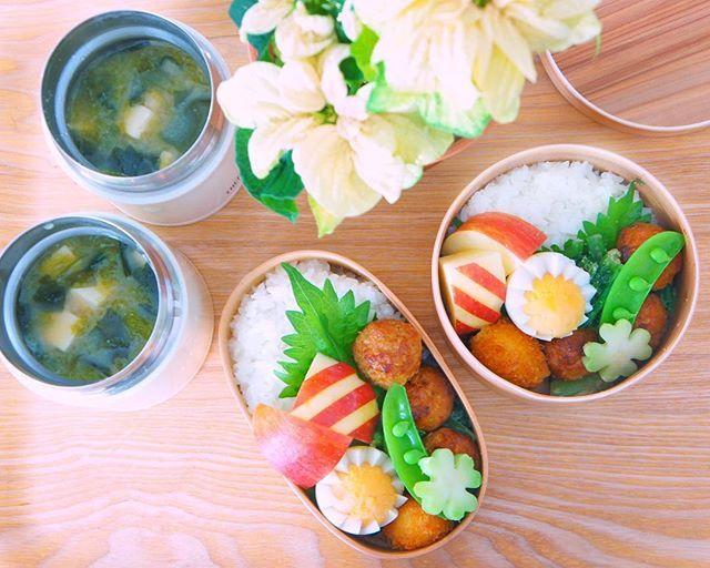 2016.12.12. Today's lunch boxes 🍀✨ * 久しぶりのお弁当picでこんばんは(*˙꒳˙*)‧⁺✧︎*♪ * つくね団子 うずらのフライ 小松菜の白胡麻味噌和え←野菜嫌いな息子がよく食べてくれるのでよく作ります♪ スナップエンドウ🍀 ゆで卵🐣 リンゴ 豆腐、アオサ、ワカメ、菜の花の味噌汁←スープが飲みたいという娘のリクエストにより最近サーモスの保温ジャー利用してます。 結構良さそうですね♪ * めまぐるしい12月もあと20日をきってしまいましたね。自分のクローンが3人くらいいたらなぁと思う毎日です。でも本当にいたら怖いな〜(´-ω-`)う~む * 今週もどうぞよろしくお願いします♪ * #vsco #vscofood # #food #foodie #foodpics #foodporn #foodstagram #foodphotography #冬 #lunchbox #homemade #お弁当 #弁当 #曲げわっぱ #お昼ごはん #手作り弁当 #オベンタグラム #日々 #おうちごはん #暮らし #サーモス #ポインセチア…