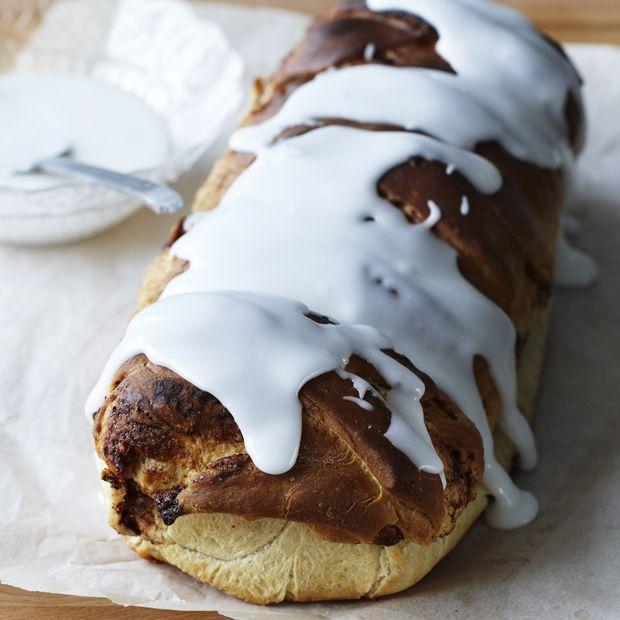 Bag et saftigt kanelbrød med klistret kanelmidte, og server det på kolde dage med et gavmildt lag smør og en god kop kaffe til.