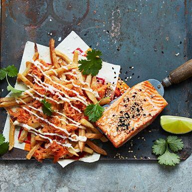 Chilistark koreansk kimchi gör under för pommes frites, precis som majonnäs. Här slår vi två goda flugor i en smäll. Lägg pommes frites på en bädd av kimchi, ringla över en syrlig limemajonnäs och bjud med stekt lax. Enkelt, snabbt och jättemumsigt!