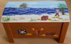 Spielzeugtruhe---Holztruhe-Piraten-Schatzinsel  http://bastelzwerg.eu/Spielzeugtruhe---Holztruhe-Piraten-Schatzinsel?source=2&refertype=1&referid=48