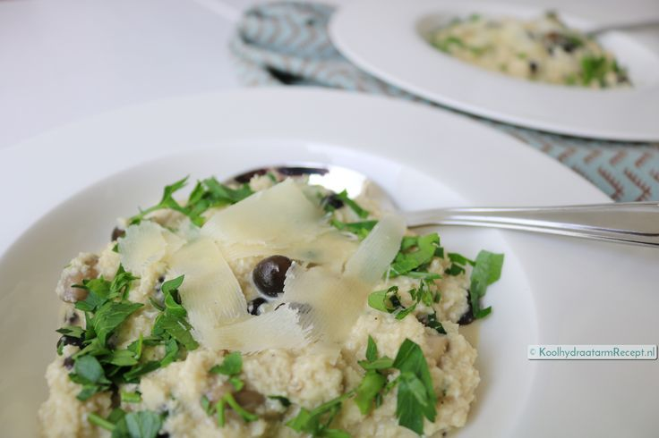 Met bloemkoolrijst kun je heerlijke vervangende gerechten maken. Voor deze kostelijke romige paddenstoelen risotto voeg je er champignon roomsaus aan toe.