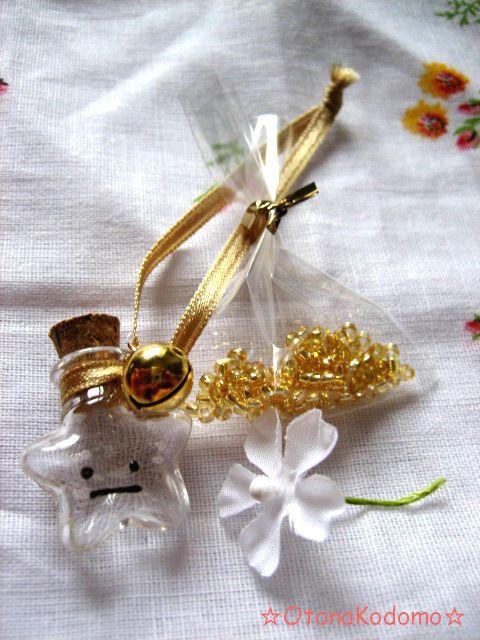 .:*・゜+.。.:*・゜+.。.:*・゜+.。.:*・゜.。.:*・゜+.。10円玉ほどの大きさしかない、小さな星型小瓶に、金色のリボンと鈴と顔を付けました...|ハンドメイド、手作り、手仕事品の通販・販売・購入ならCreema。