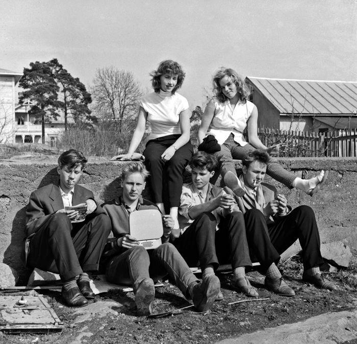 Munkkiniemen yhteiskoulun lukiolaisia luokkaretkellä Ahvenanmaalla 1956. Kuva: Helsingin kaupunginmuseo.