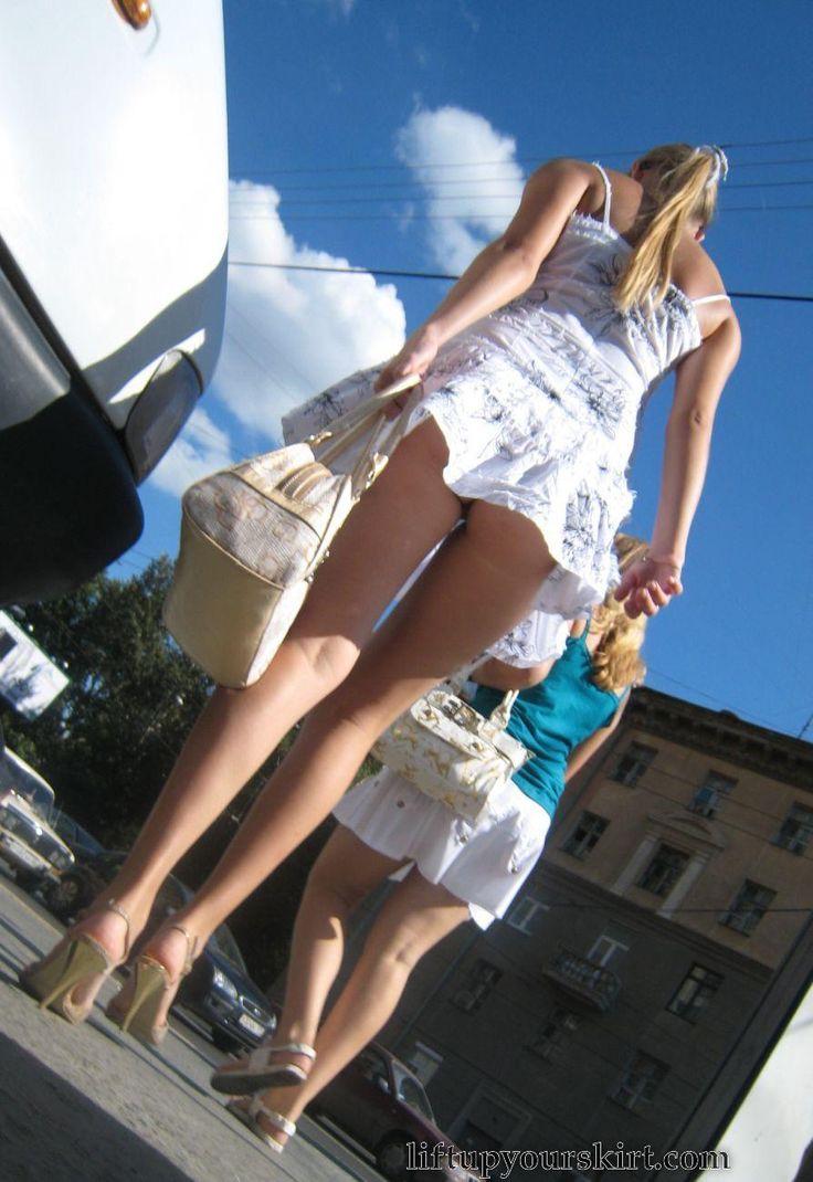 Подглядывание под юбкой на улицах россии